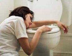 女人抱马桶呕吐图片