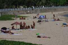 海南三亚海滩再现裸晒者,晒太阳能治银血病吗?
