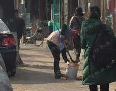 簋街照片:大妈当街捞地沟油