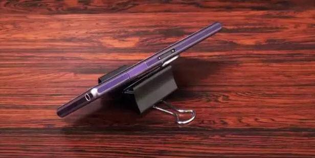 燕尾夹自制手机支架的方法:首先准备好两个长尾夹,一大一小.