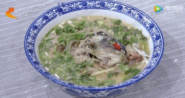 家政女皇  半汤萝卜丝鲤鱼的制作方法:鱼切花刀,抹盐腌制后,下锅炸制