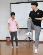 先天性脑瘫的女孩,从无法行走到可以自由跑跳,她经历了什么?